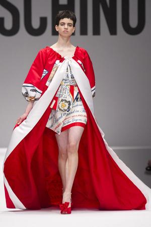Показы мод Moschino Осень-зима 2014-2015 | Подиум на ELLE - Подиум - фото 3931