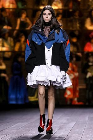 Как носить пуховик с вечерним платьем? Ответ найдете на показе Louis Vuitton (фото 0.1)