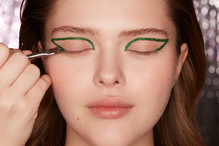 Поэтапная инструкция: 2 новогодних макияжа от визажистов Елены Крыгиной (фото 28)