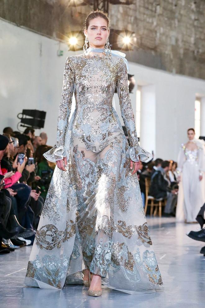 Вырезы в форме галстука и сотни тысяч кристаллов: Elie Saab Haute Couture 2020 (фото 35.1)