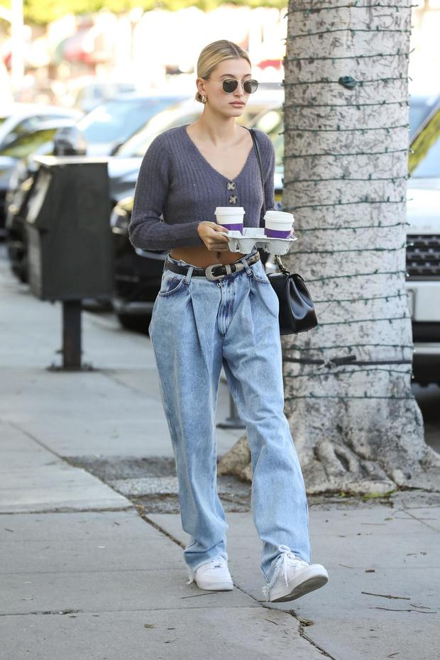 Как носить джинсы бойфренда? Мастер-класс от Хейли Бибер (фото 1)