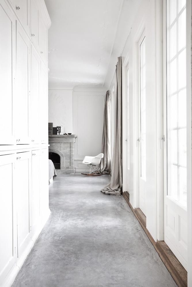 Фрагмент спальни. Кресло RAR, дизайн Чарльза и Рэй Имс. Каминный портал выполнен из мрамора.
