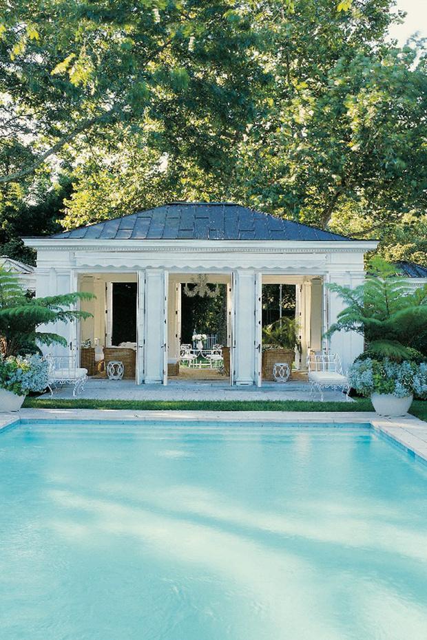 Павильон у бассейна в загородном доме Эрин Лаудер