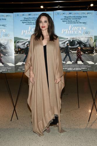 Дженнифер Лоуренс и Анджелина Джоли на премьере фильма «Лица, деревни» фото [3]