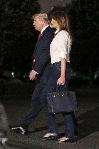 Повседневная классика: Мелания Трамп в белой рубашке и джинсах (фото 2)