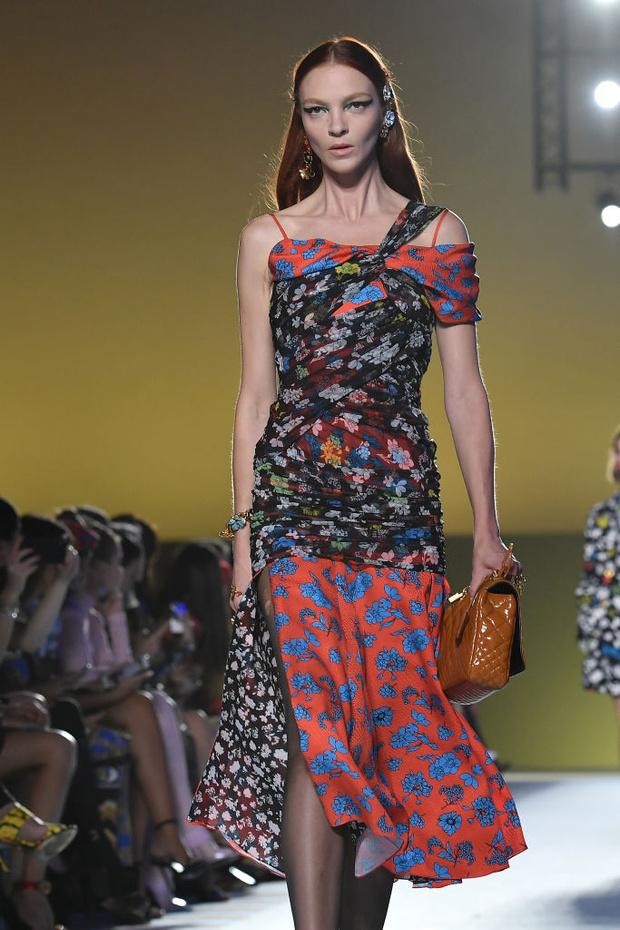 Энциклопедия красоты: 15 супермоделей на показе Versace (фото 13)