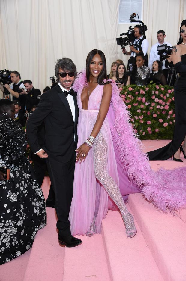 20 роскошных и два «голых» платья: все супермодели на Met Gala (фото 2)