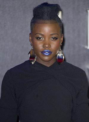 Люпита Нионго: прическа и макияж