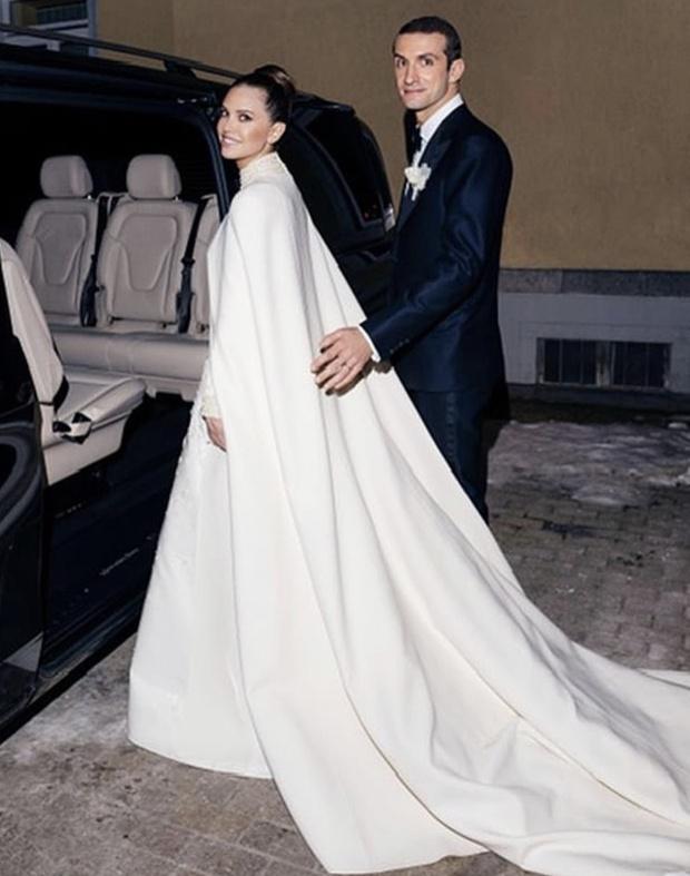 Свадебный #newlook: зимнее платье невесты Даши Жуковой на церемонии с греческим миллиардером (фото 1)