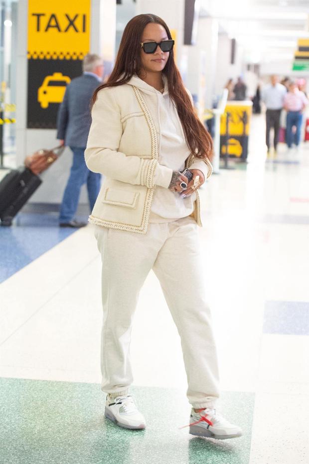 В чем летает самая богатая певица на планете? Рианна после каникул (фото 1)