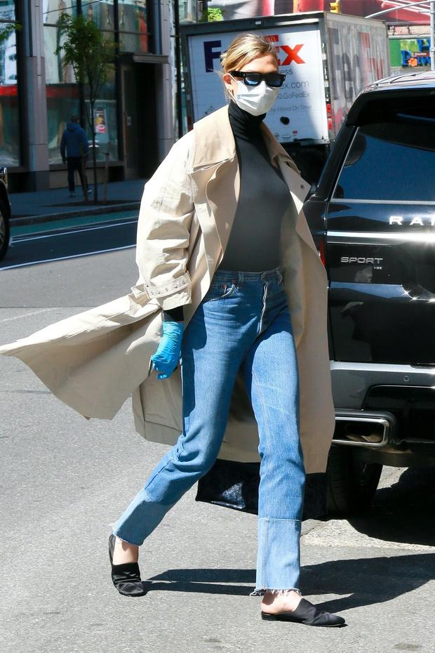 Классика, которая актуальна всегда: Карли Клосс и ее идеальный тренч, который сочетается со всем (фото 1)