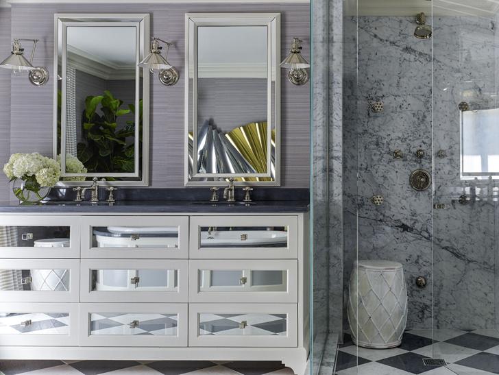 Ванная комната хозяев. Тумба под раковины и никелированные бра, дизайн Жан-Луи Деньо. Смесители и душ, Volevatch. В зеркалах отражается ванна и настенная скульптура Куртиса Жерё. В душевой кабине из голубого мрамора стоит керамический табурет, Pottery Barn.