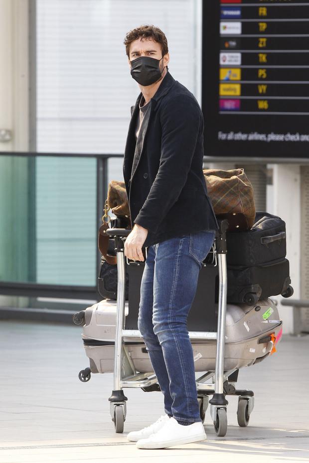 В одной черной-черной шляпе: Николь Шерзингер поспешно покидает Лондон (фото 3)