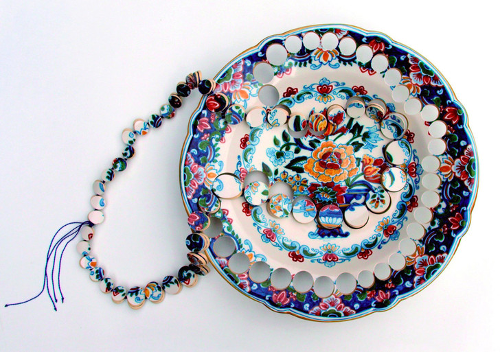 Пунктирная линия: керамические украшения Гезине Хакенберг (фото 0)