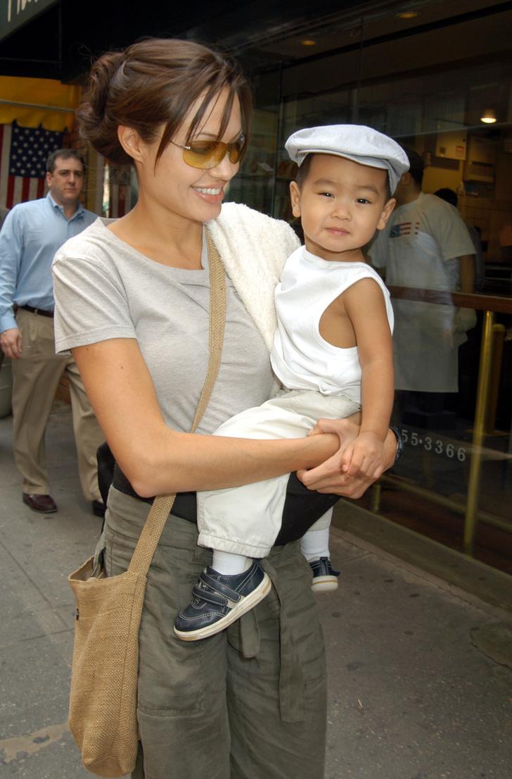 Анджелина Джоли с сыном Мэддоксом (2002)