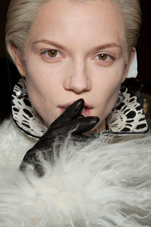 Показ Alexander McQueen коллекции сезона Осень-зима 2012-2013 года prêt-à-porter - www.elle.ru - Подиум - фото 387846