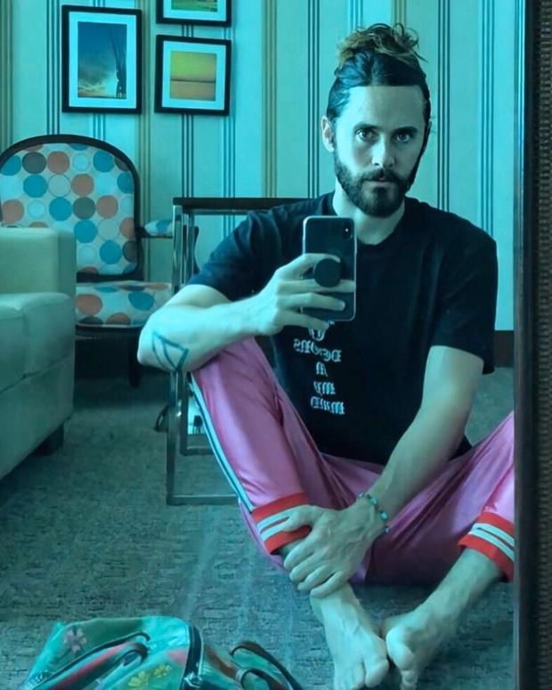 Лучший мужской образ на карантине: Джаред Лето в розовом (фото 0)