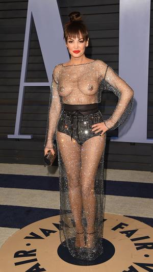Призрачная нить: самые откровенные платья звезд на вечеринке после «Оскара» (фото 8.1)