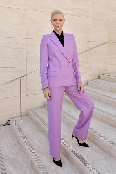 Черный пиджак + серебристые брюки: Шарлиз Терон знает, как разбавить деловой образ (галерея 1, фото 0)