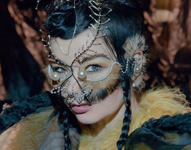 От исландской девчонки до королевы сюрреализма: эволюция образов Бьорк (фото 20)