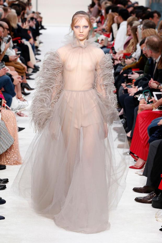 Со всей страстью: философская красота коллекции осень-зима 2019 Valentino (фото 12)