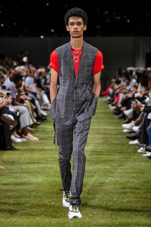 Показ Dior Homme коллекции сезона Весна-лето 2018 года Men prêt-à-porter - www.elle.ru - Подиум - фото 623620