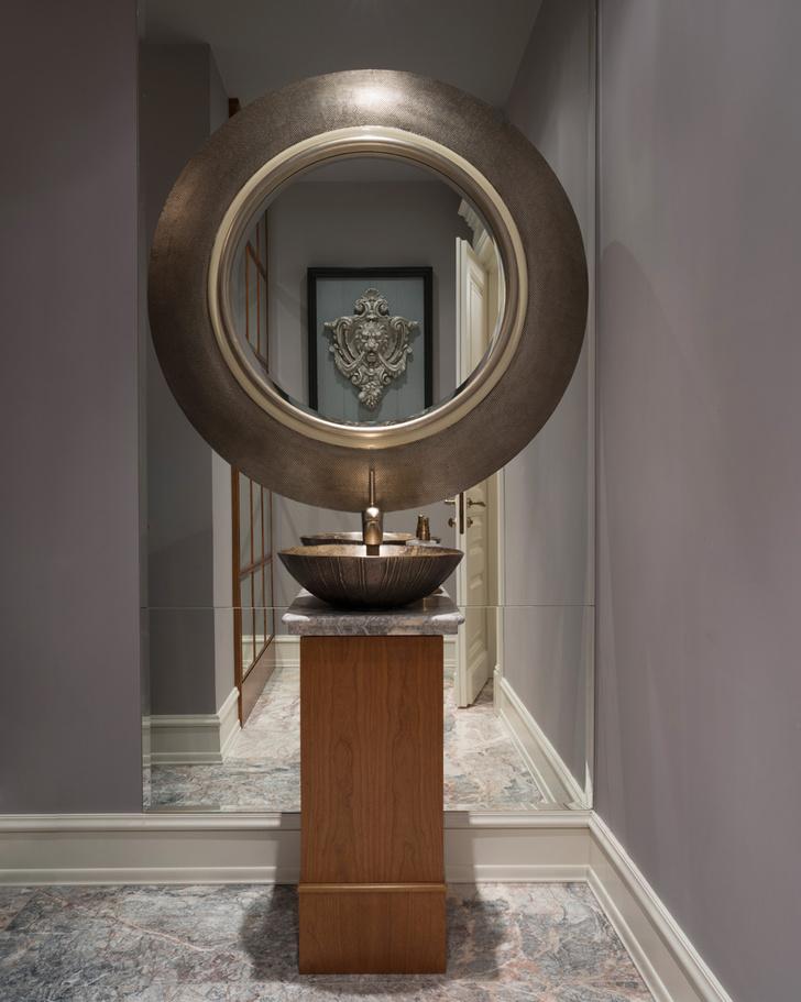 Гостевой санузел. Зеркало, Tindle. Тумба под раковину сделана в мастерской «Сунэм».