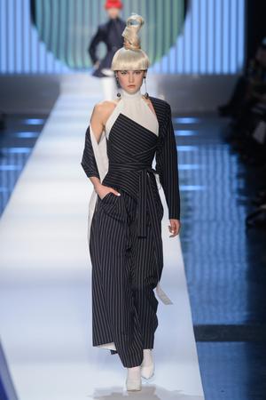Показ Jean Paul Gaultier коллекции сезона Весна-лето 2018 года Haute couture - www.elle.ru - Подиум - фото 677051