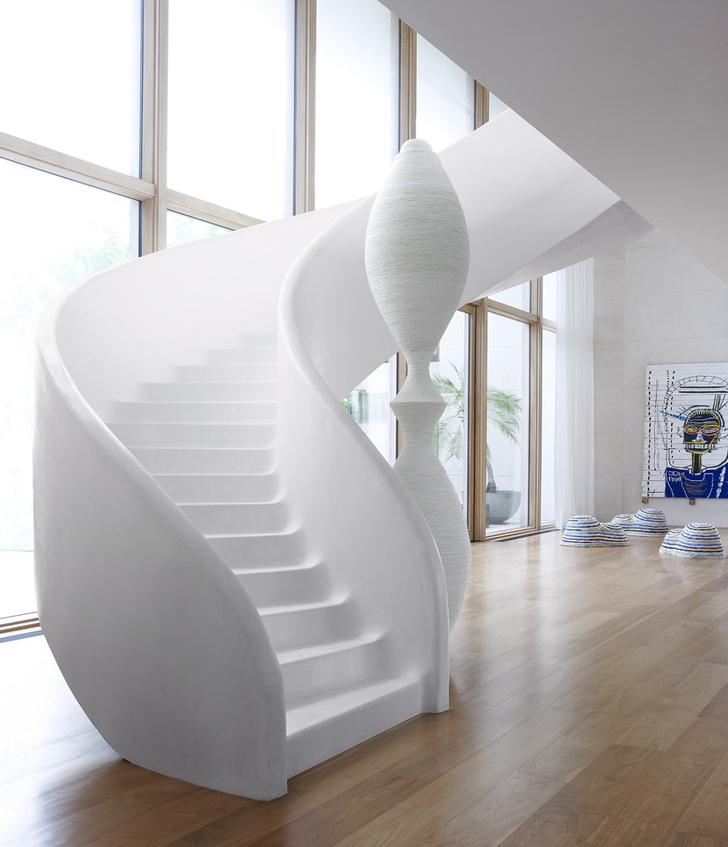 Белая скульптура у лестницы сделана из двух ваз и обмотана канатом. На заднем плане, на стене, — работа Жан-Мишеля Баскиа.
