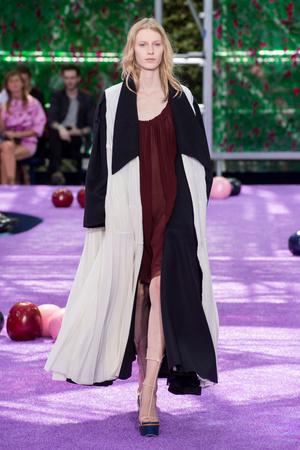 Показ Christian Dior коллекции сезона Осень-зима 2015-2016 года haute couture - www.elle.ru - Подиум - фото 596932