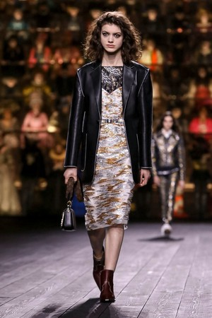 Как носить пуховик с вечерним платьем? Ответ найдете на показе Louis Vuitton (фото 10.2)