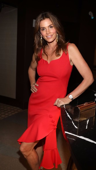 Женщина в красном: Синди Кроуфорд на вечеринке в Майами (фото 3)