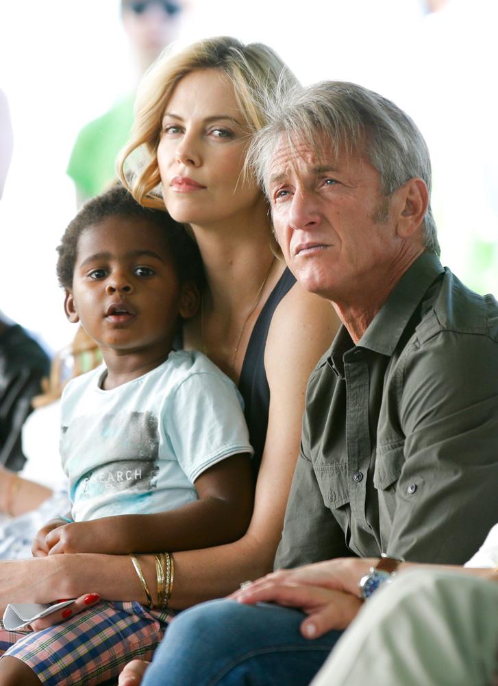 Шарлиз Терон с сыном и Шоном Пенном