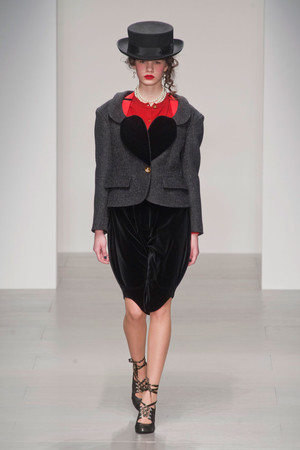 Показ Vivienne Westwood Red Label коллекции сезона Осень-зима 2014-2015 года prêt-à-porter - www.elle.ru - Подиум - фото 578600