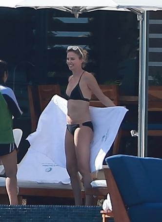 42-летняя Шарлиз Терон показала фигуру в купальнике (фото 1)