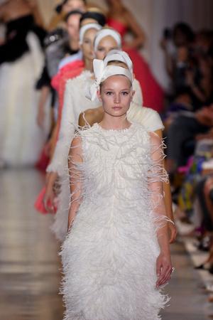 Показ Giambattista Valli коллекции сезона Осень-зима 2011-2012 года Haute couture - www.elle.ru - Подиум - фото 277041