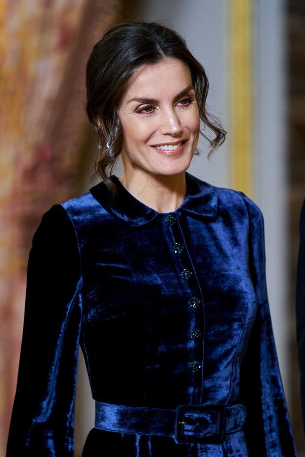 Самое величественное зимнее платье королевы возвращается: Летиция в синем бархате (фото 6)