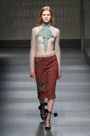 Показ Gucci коллекции сезона Осень-зима 2015-2016 года prêt-à-porter - www.elle.ru - Подиум - фото 594456