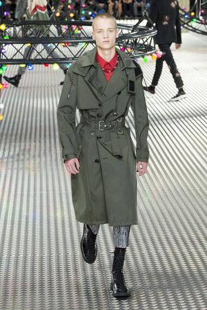 Показ Dior Homme коллекции сезона Весна-лето  2017 года Men prêt-à-porter - www.elle.ru - Подиум - фото 606745