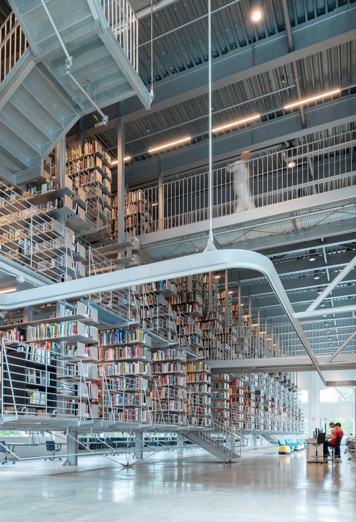Библиотека с подвесными стеллажами Корнелльском университете (фото 5)