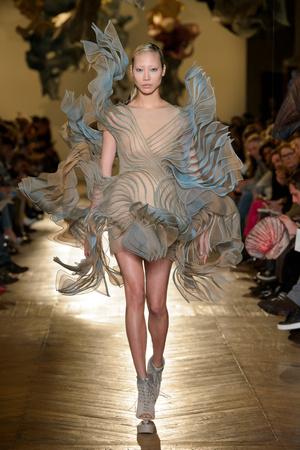 Показ Iris van Herpen коллекции сезона Весна-лето 2018 года Haute couture - www.elle.ru - Подиум - фото 672581
