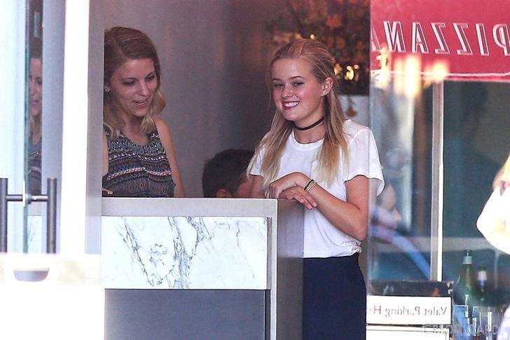 Голливудская Золушка: дочь Риз Уизерспун работает в пиццерии фото [3]