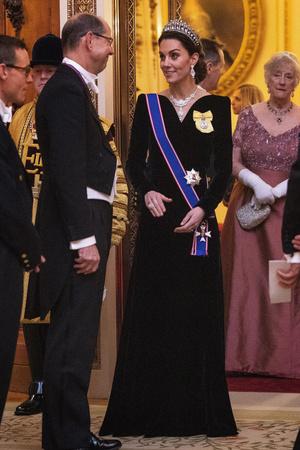 Синий бархат: Кейт Миддлтон на приеме Букингемском дворце (фото 1.2)
