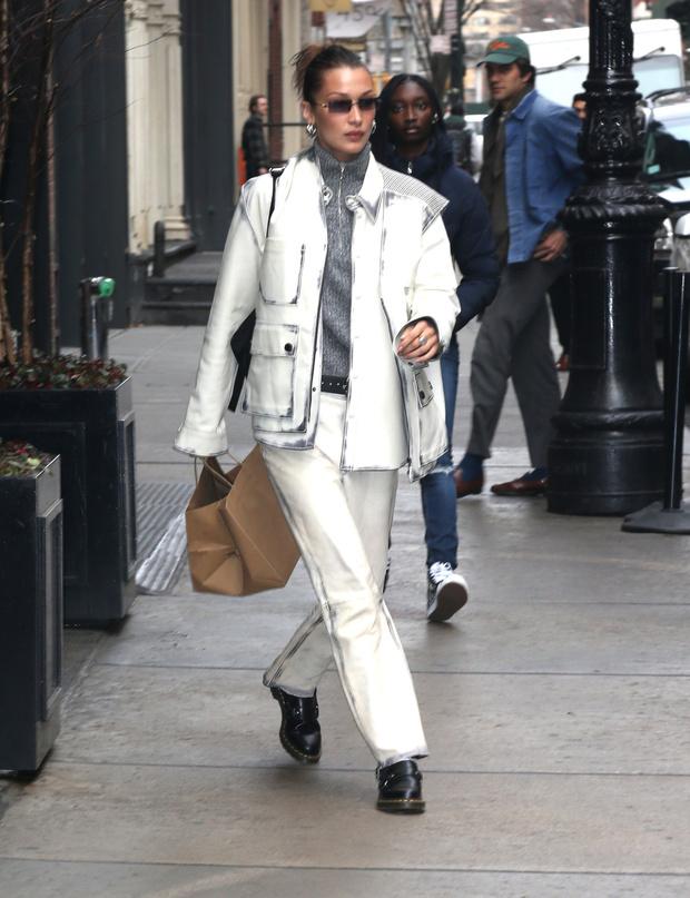 Модели выбирают белый: Белла Хадид в стильном костюме и свитере с молнией на воротнике (фото 1)