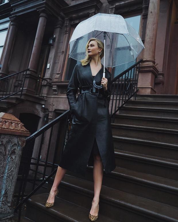 Кожаный плащ как у Карли Клосс спасет от дождя, но не от восхищенных взглядов (фото 1)