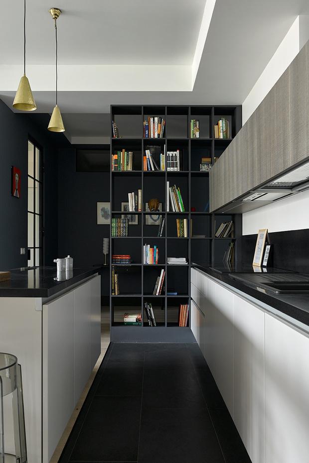 Вид из кухни на прихожую. Стеллаж, сделанный по эскизам архитектора, визуально отделяет холл, но пропускает свет. Светильники, Danish Store.