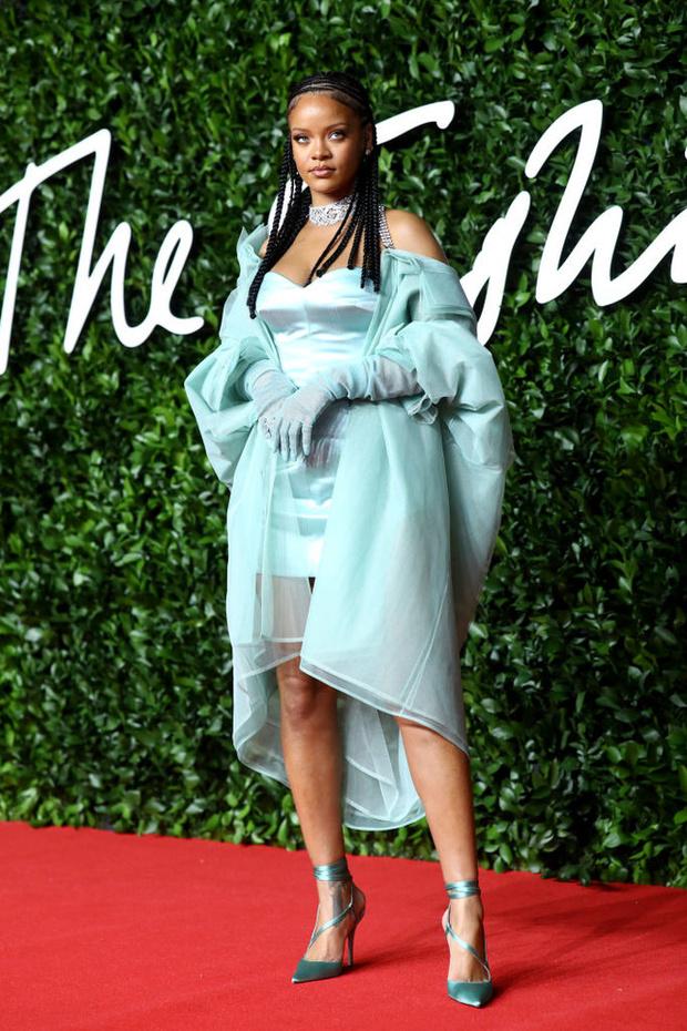 Блеск пайеток и прозрачные ткани: самые красивые платья церемонии Fashion Awards 2019 (фото 10)