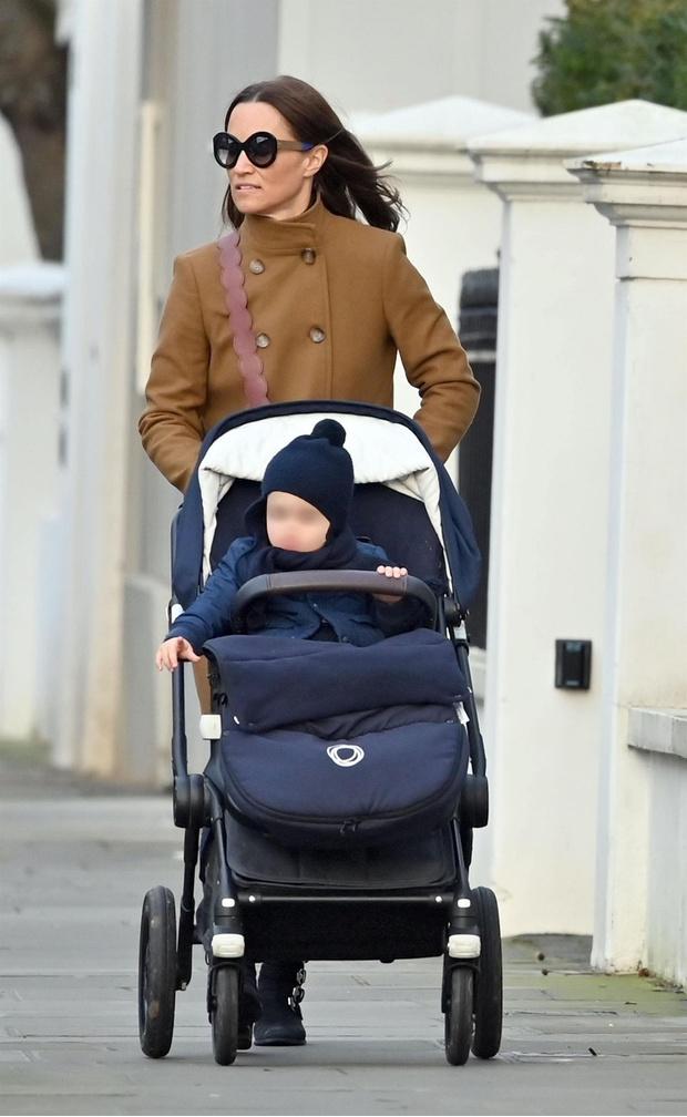 Каникулы закончились: Пиппа Миддлтон на прогулке в Лондоне в пальто под цвет легкого загара (фото 1)