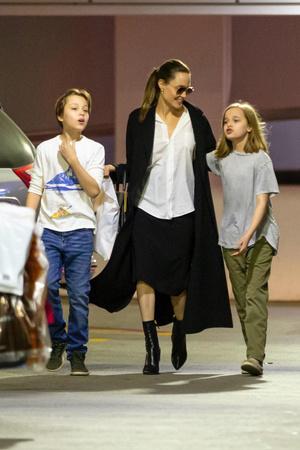 Белый верх, черный низ: Анджелина Джоли показывает, как сделать деловой образ расслабленным (фото 1.2)