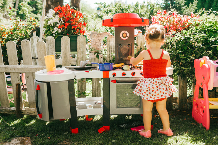 Лучше гаджетов: как организовать игровую зону на даче для детей (фото 1)